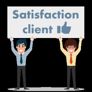 Un responsable et un assistant Outokia porte une pancarte Satisfaction Client au-dessus de leur tête