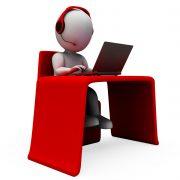 Bonhomme blanc représentant un assistant à distance avec un casque devant un ordinateur